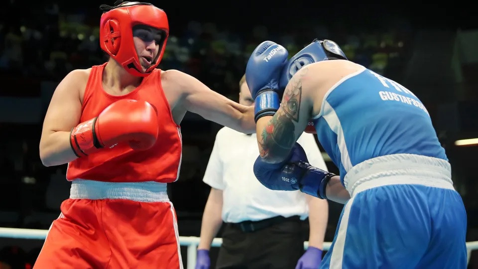 Busenaz Surmeneli (in red) in action at the Olympic boxing qualifier in London ©Olympic Channel