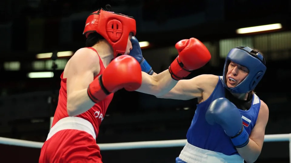 Saadat Dalgatova (in red) fights Rosie Eccles in the Olympic boxing qualifier in London ©Olympic Channel