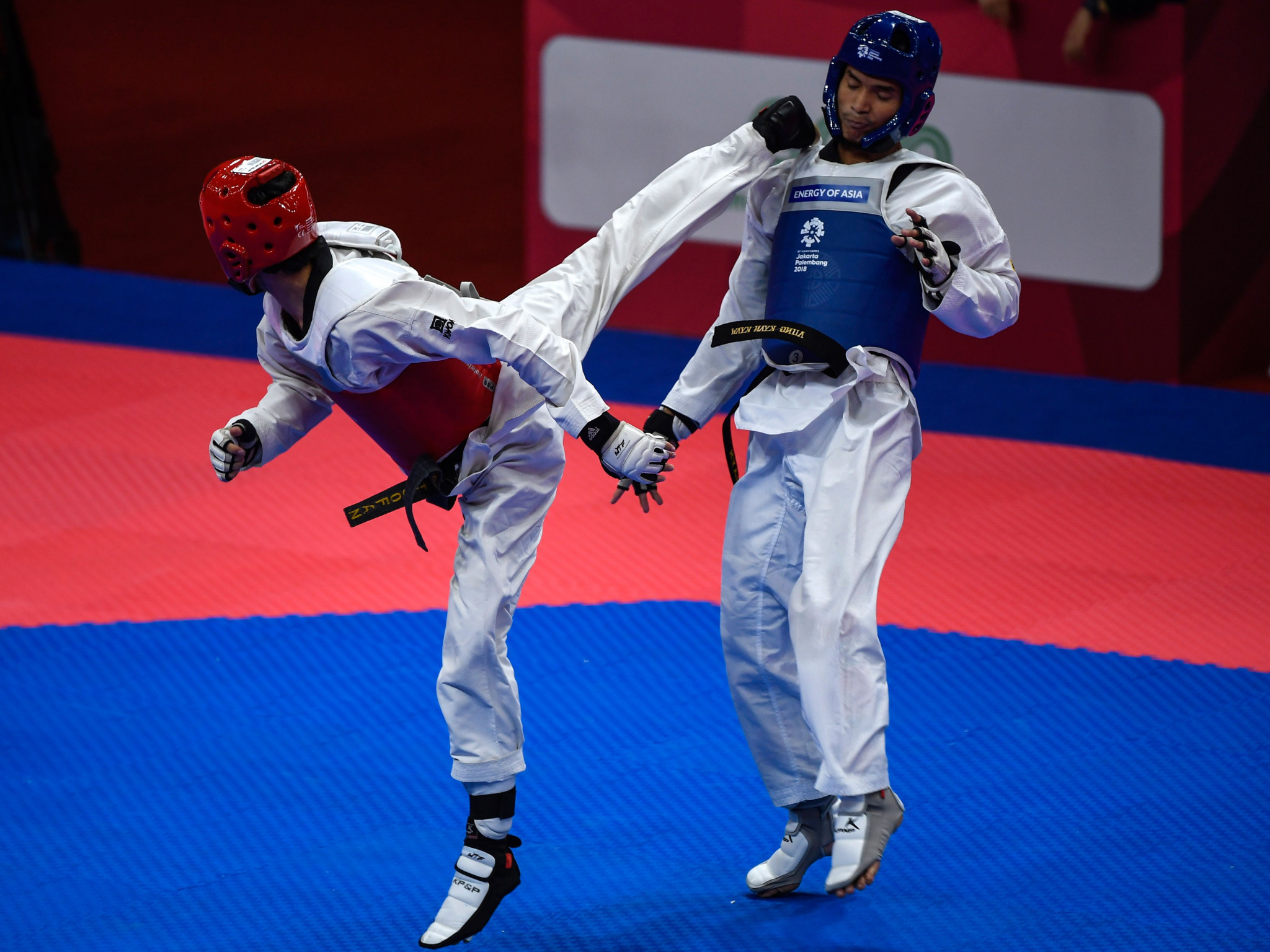 Haroon Khan, in red, competes at the 2018 Asian Games ©Getty Images
