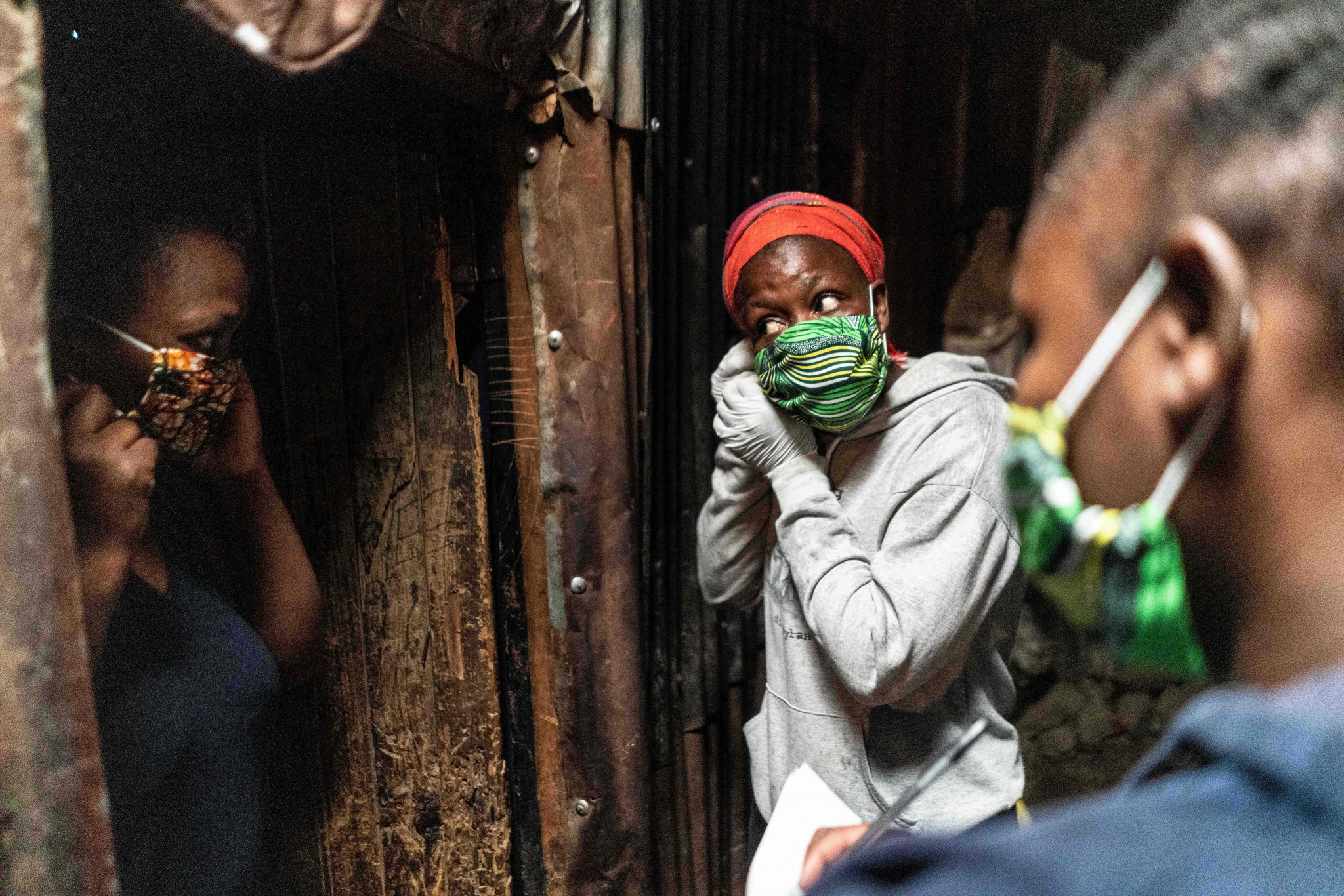 A volunteer in Kenyan capital Nairobi demonstrates how to wear a facemask ©Getty Images