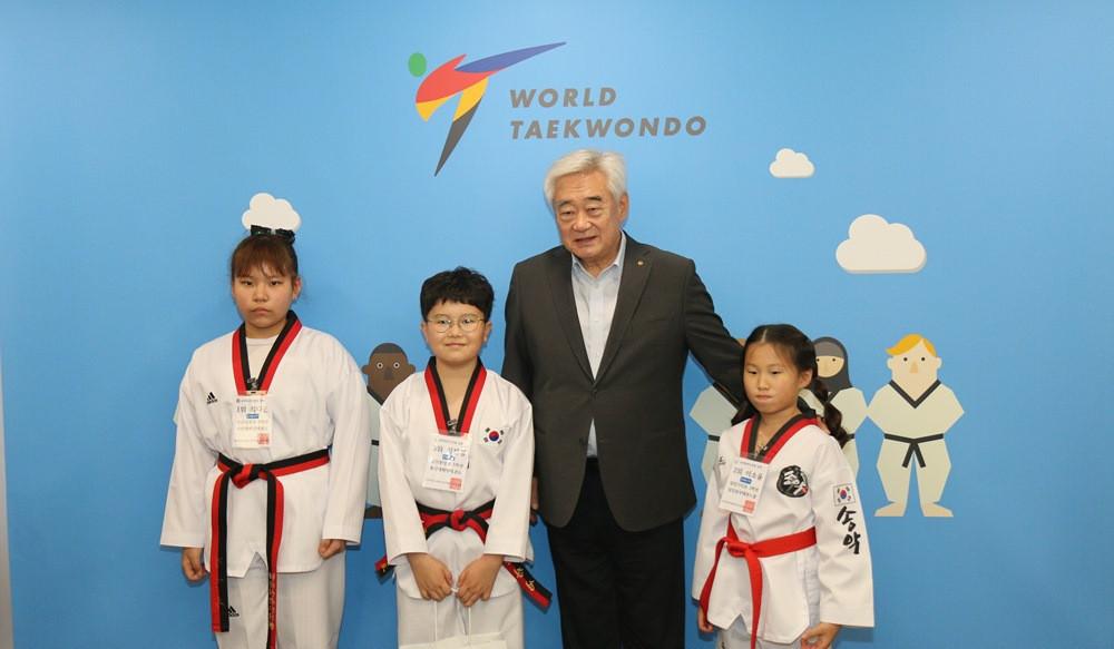World Taekwondo President meets winners of children's quiz