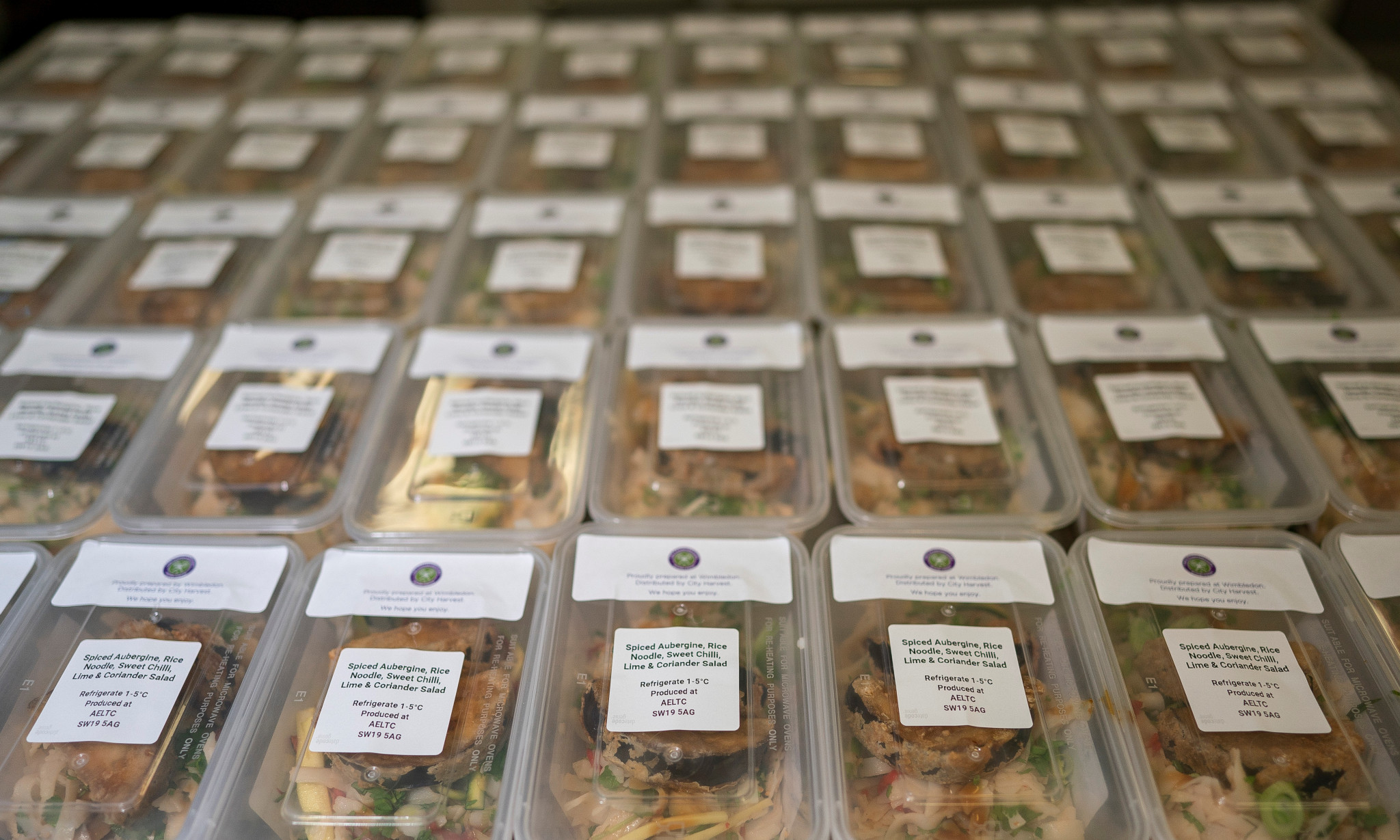 A total of 200 hot meals a day are being packaged for distribution ©AELTC/Bob Martin