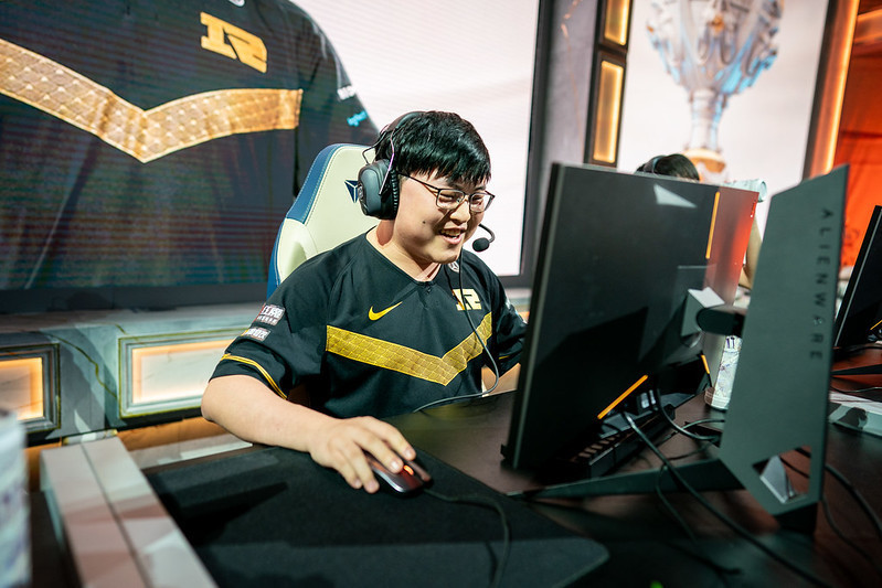"Chinese esports icon Uzi retires at 23 due to ""chronic injuries"""
