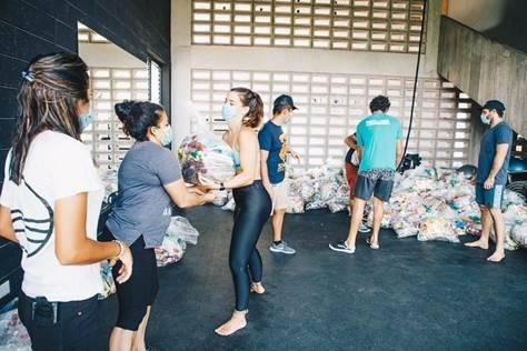 Members of Puro Surf, a surfing academy in El Salvador, have helped distribute meals to families in need ©ISA