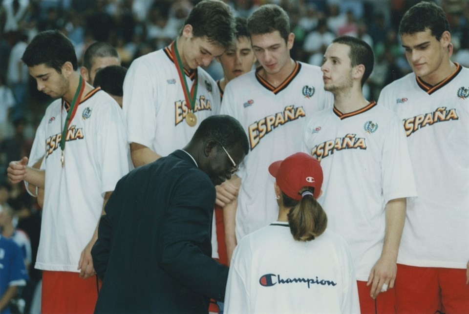 Abdoulaye Seye Moreau pictured, during his time as FIBA President, awards Spain their medals at the FIBA U19 Basketball World Cup in 1999 ©FIBA