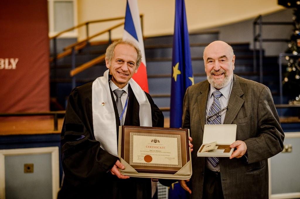 RIOU Rector Professor Lev Belousov with Dr Vincenzo Costigliola at a ceremony in Oxford ©RIOU