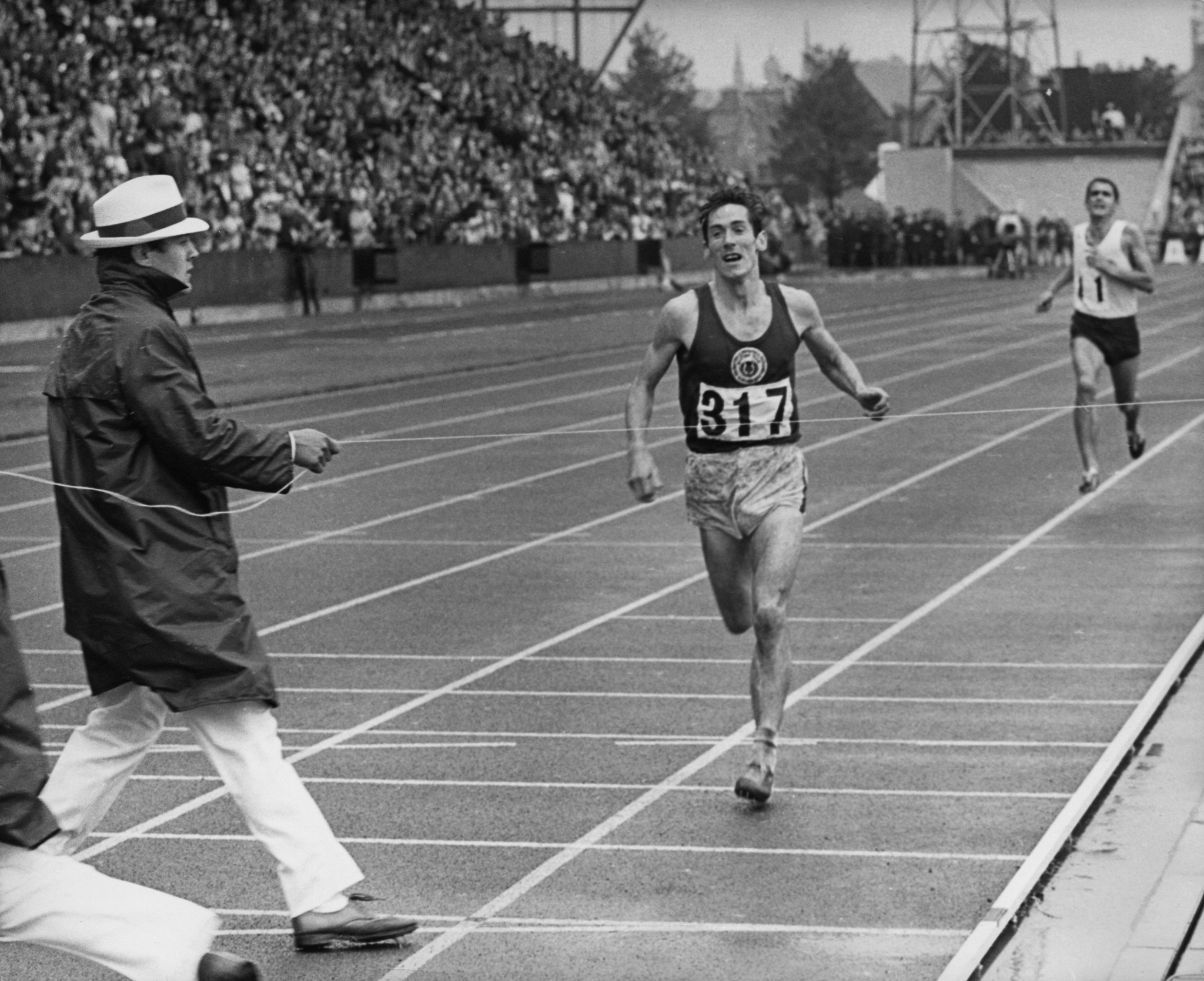 Lachie Stewart wins the 10,000 metres at Edinburgh 1970 ©Getty Images