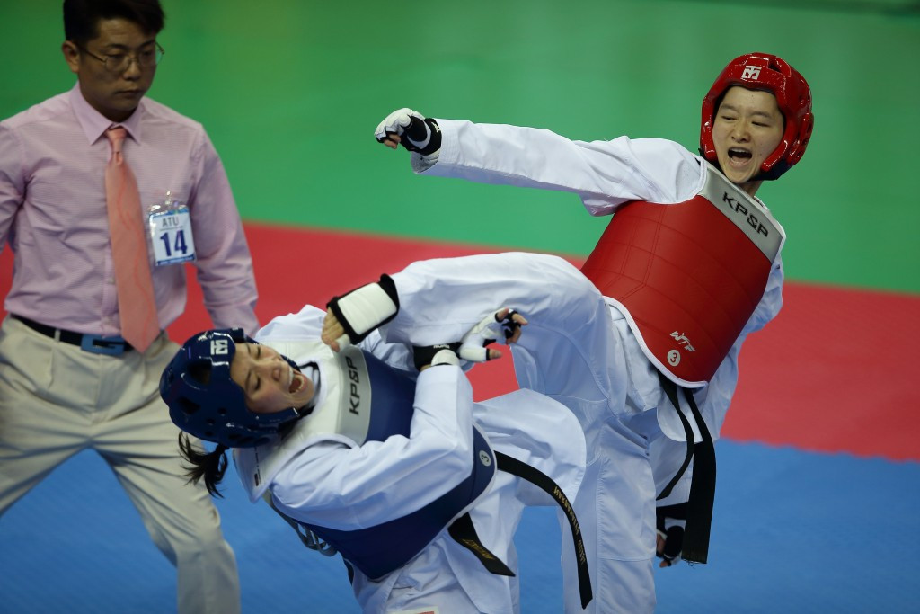 Wu Jingyu (in red) pictured competing at the Incheon 2014 Asian Games ©Getty Images