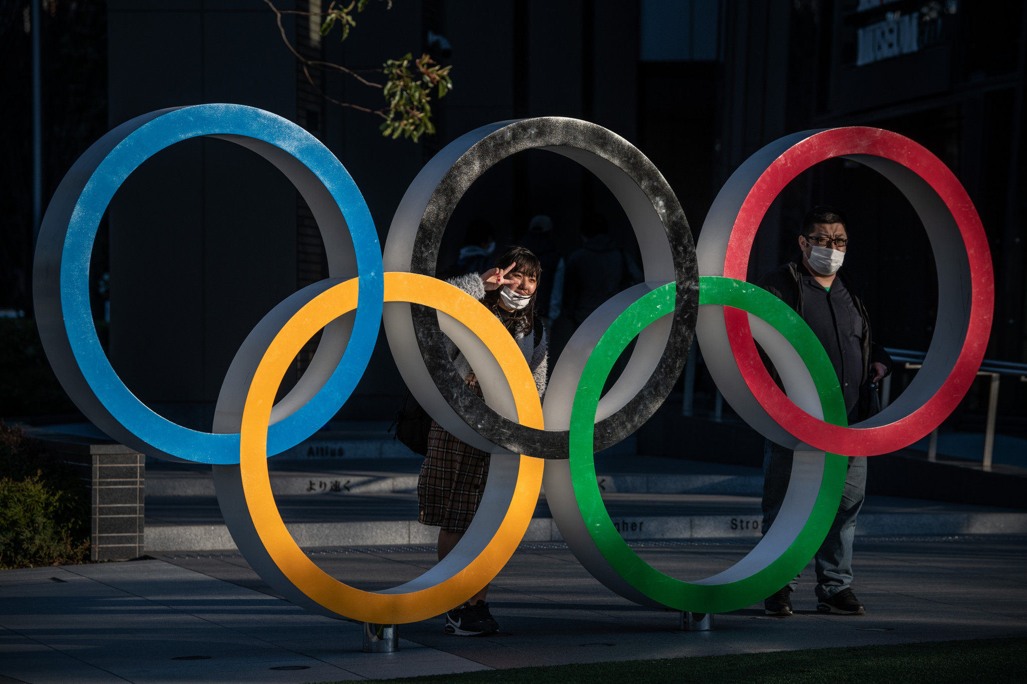People pose with the Olympic rings in Tokyo ©Getty Images