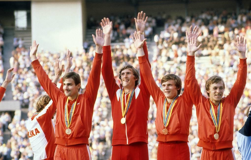 Aleksandr Aksinin celebrates with his team-mates after helping the Soviet Union win the Olympic gold medal in the 4x100m relay at Moscow 1980 ©Getty Images