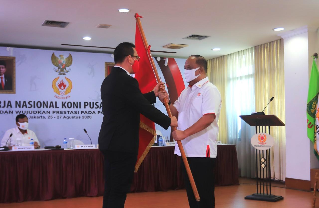 Anggota asosiasi nasional yang baru disetujui mengibarkan bendera mereka ke KONI © KONI