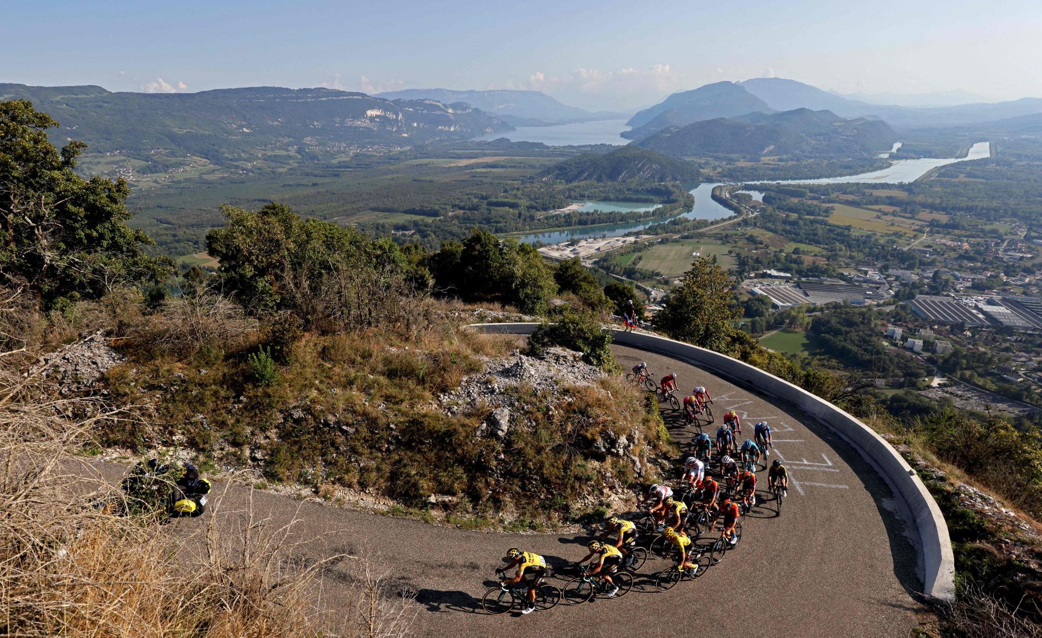 Jumbo-Visma set a tough pace on the climb to aid race leader Primož Roglič ©Getty Images