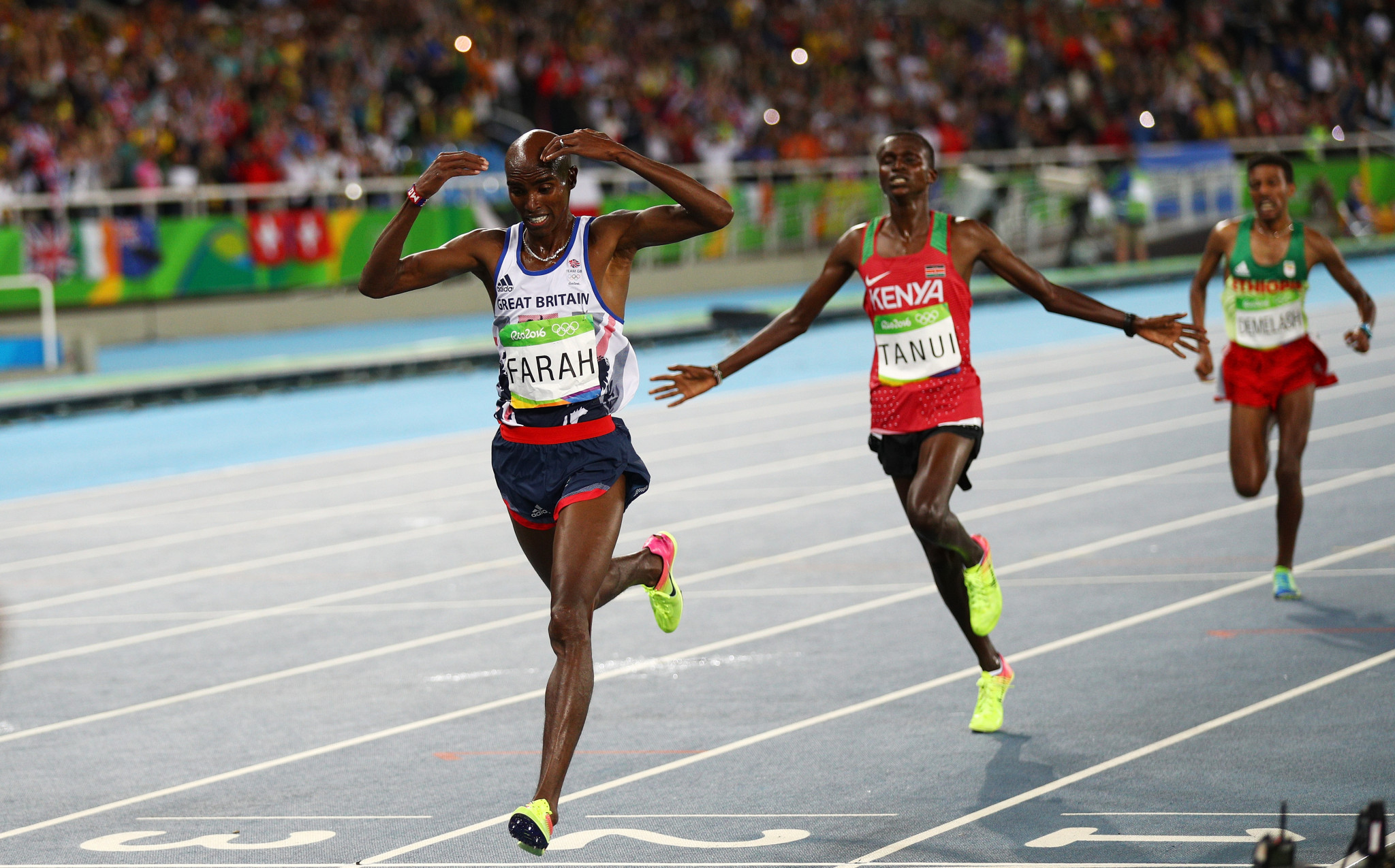 Sir Mo Farah celebrates after winning 10,000m gold at Rio 2016 ©Getty Images
