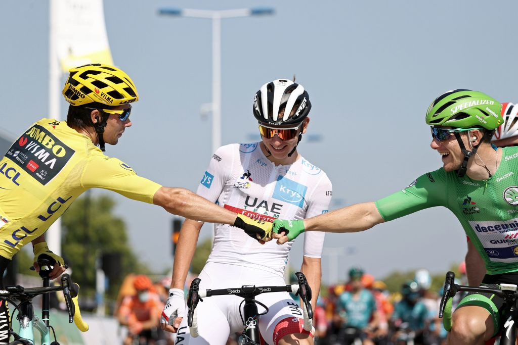 There was a friendly atmosphere between the jersey wearers at the start of the stage ©Getty Images