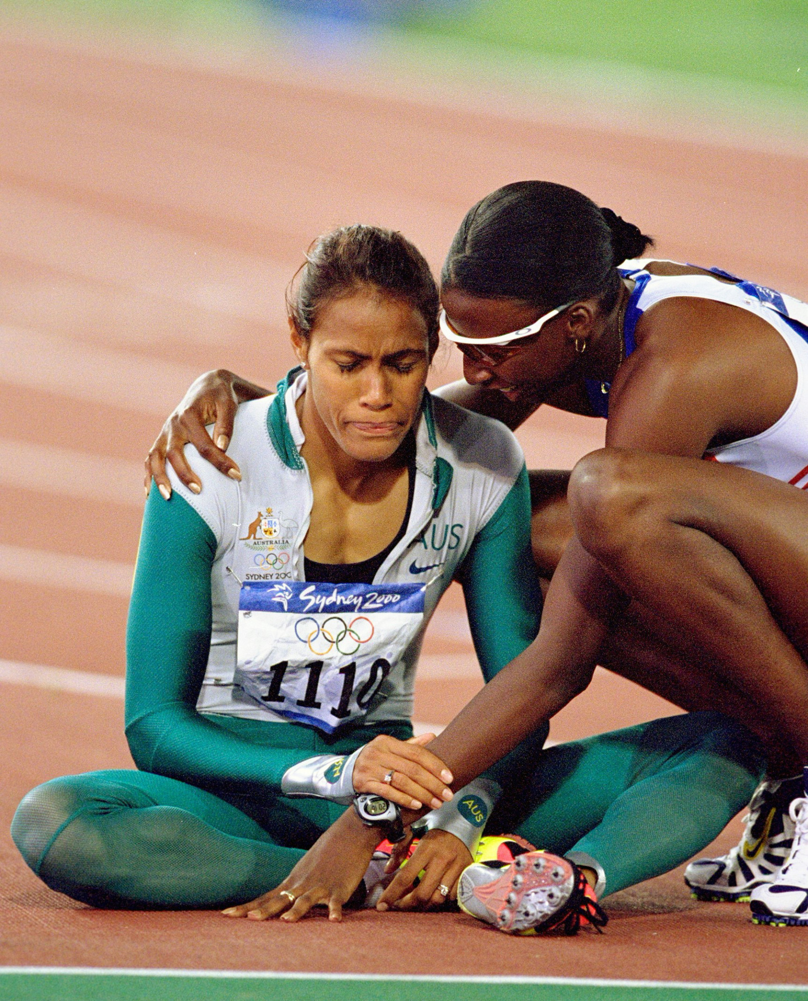 Britain's fourth-placed Donna Fraser was the first to congratulate a stunned Cathy Freeman after she had fulfilled her destiny and won the Olympic 400m gold medal at Sydney 2000 ©Getty Images