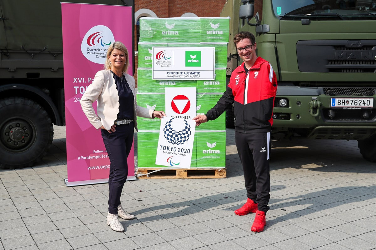 ÖPC President Maria Rauch-Kallat and Para-swimmer Andreas Onea were on hand to receive the uniforms ©ÖPC