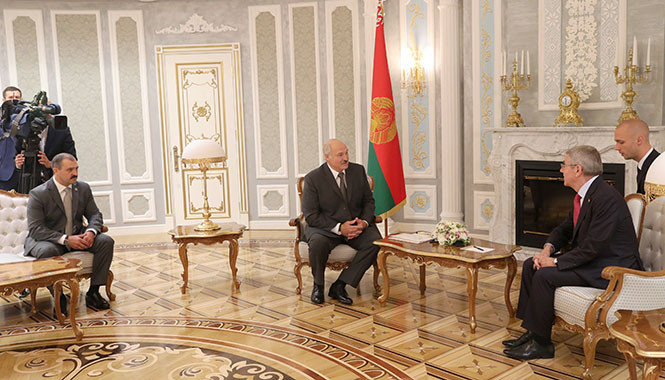 Alexander Lukashenko, left, is President of the National Olympic Committee of the Republic of Belarus, as well as the country, and held talks with Thomas Bach in Minsk last year ©The President of Belarus