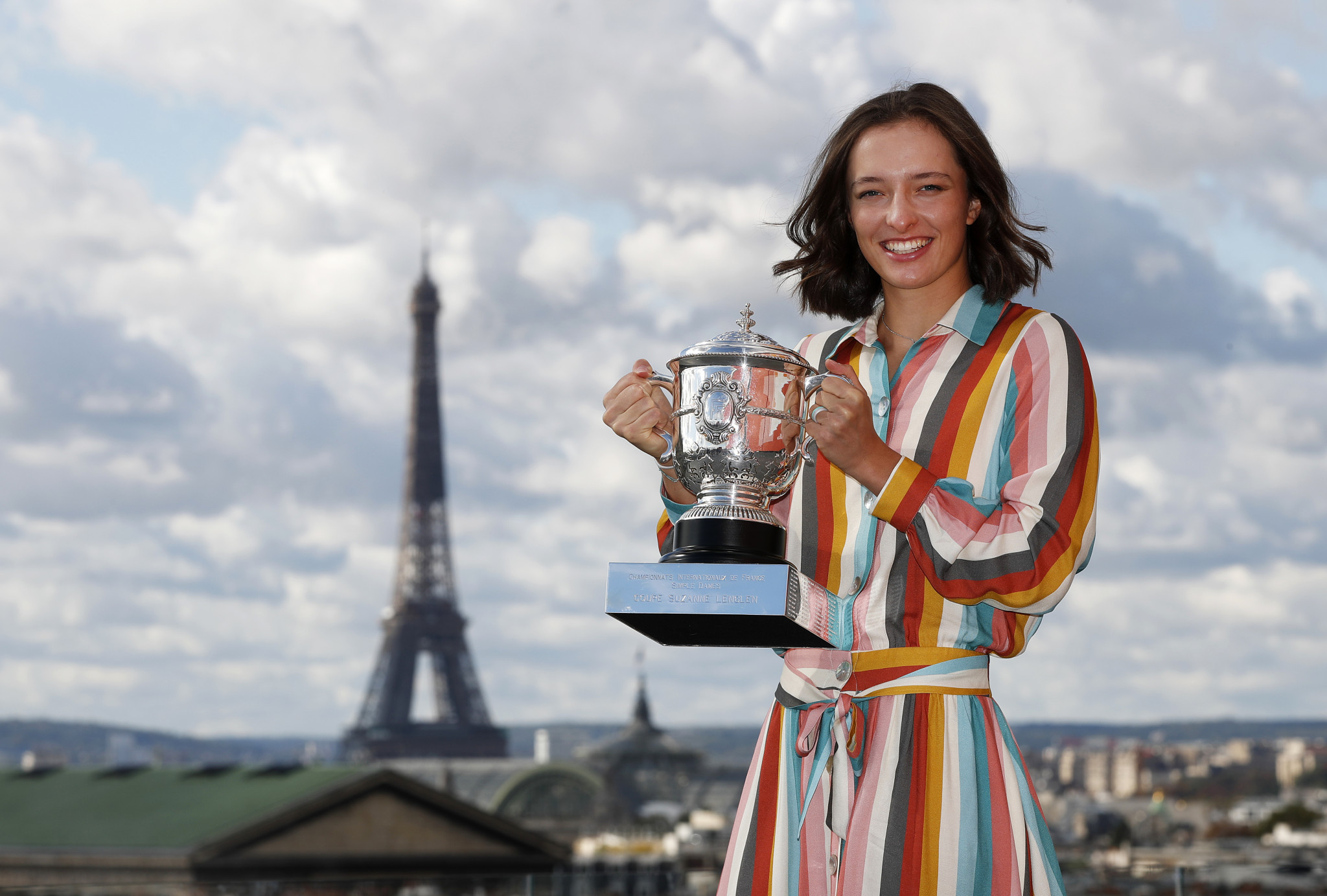 French Open champion Iga Świątek poses with the trophy ©Getty Images