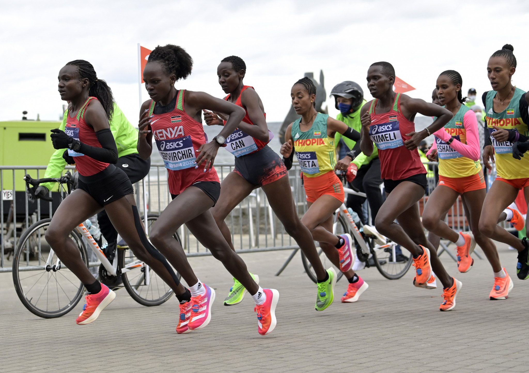 Falls punctuated a dramatic women's race ©World Athletics