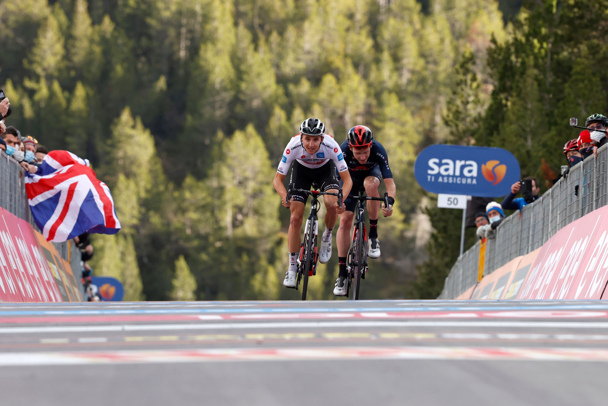 Jai Hindley held off Tao Geoghegan Hart in a sprint finish to win stage 18