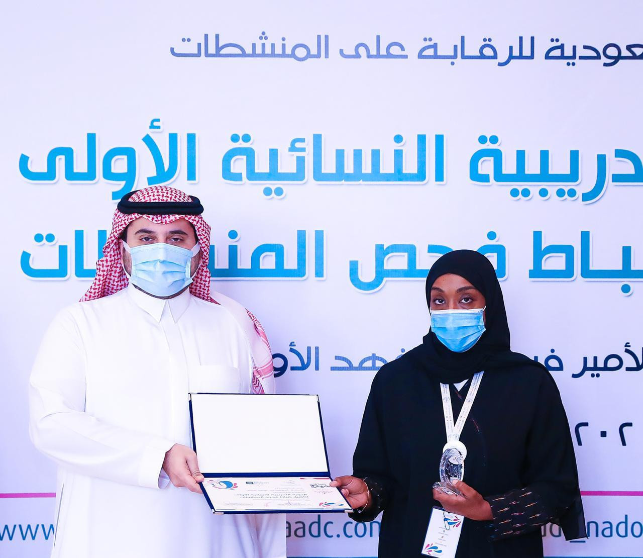 Prince Fahad bin Jalawi awards certificates to the the first batch of Saudi female doping control officers ©SAOC