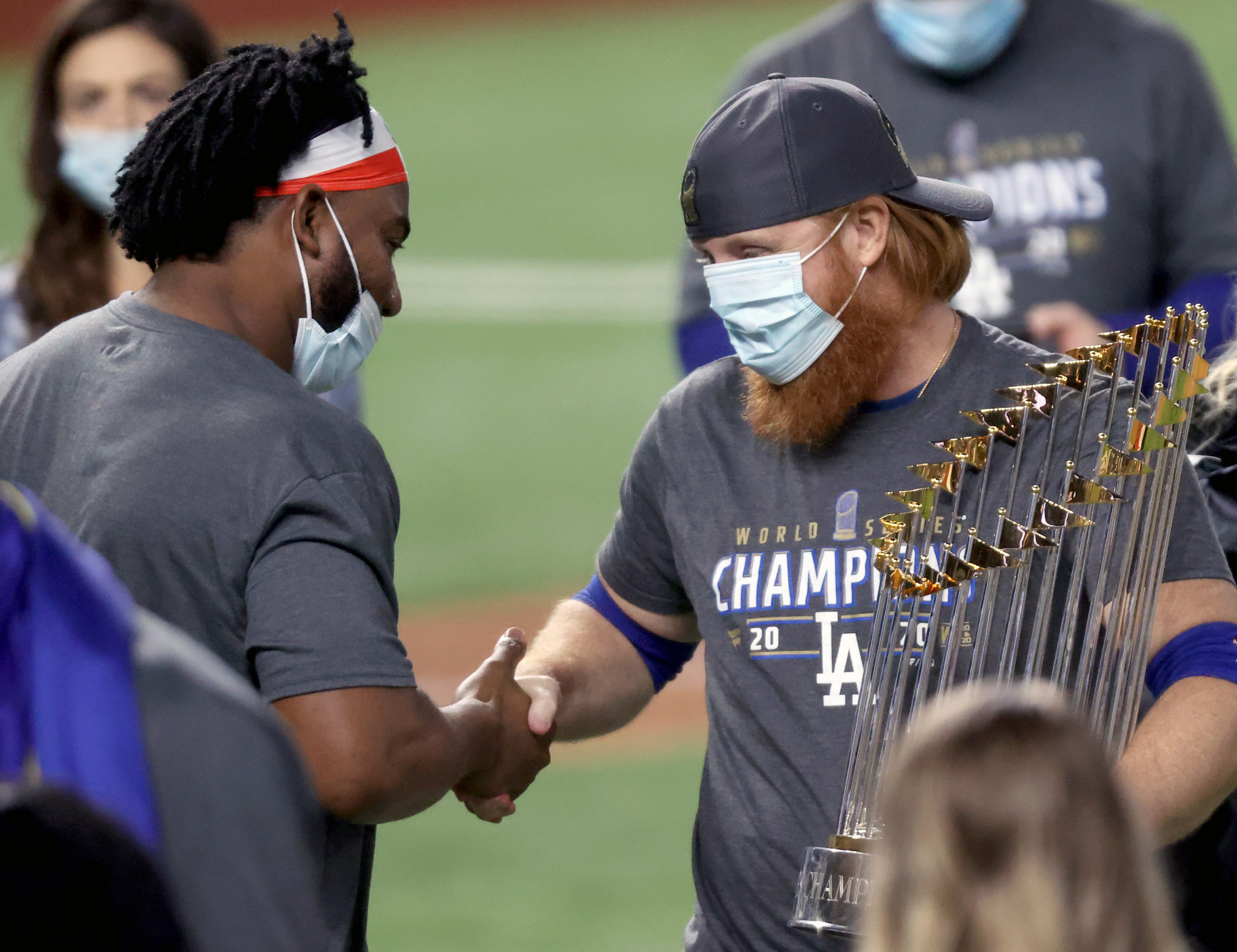Justin Turner, right, shakes hands with a colleague despite knowing he has coronavirus ©Getty Images