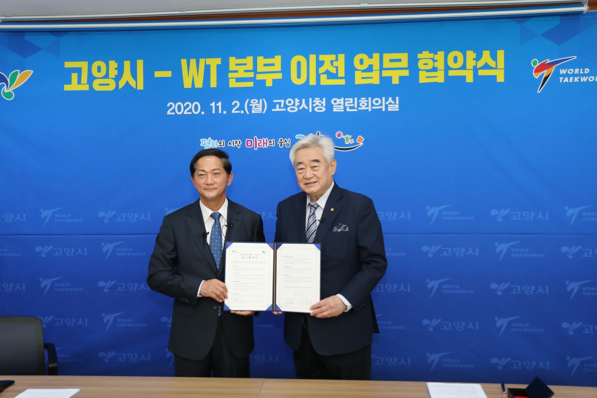 World Taekwondo President Chungwon Choue, right, signed an agreement today with Goyang Mayor Lee Jae-joon ©World Taekwondo