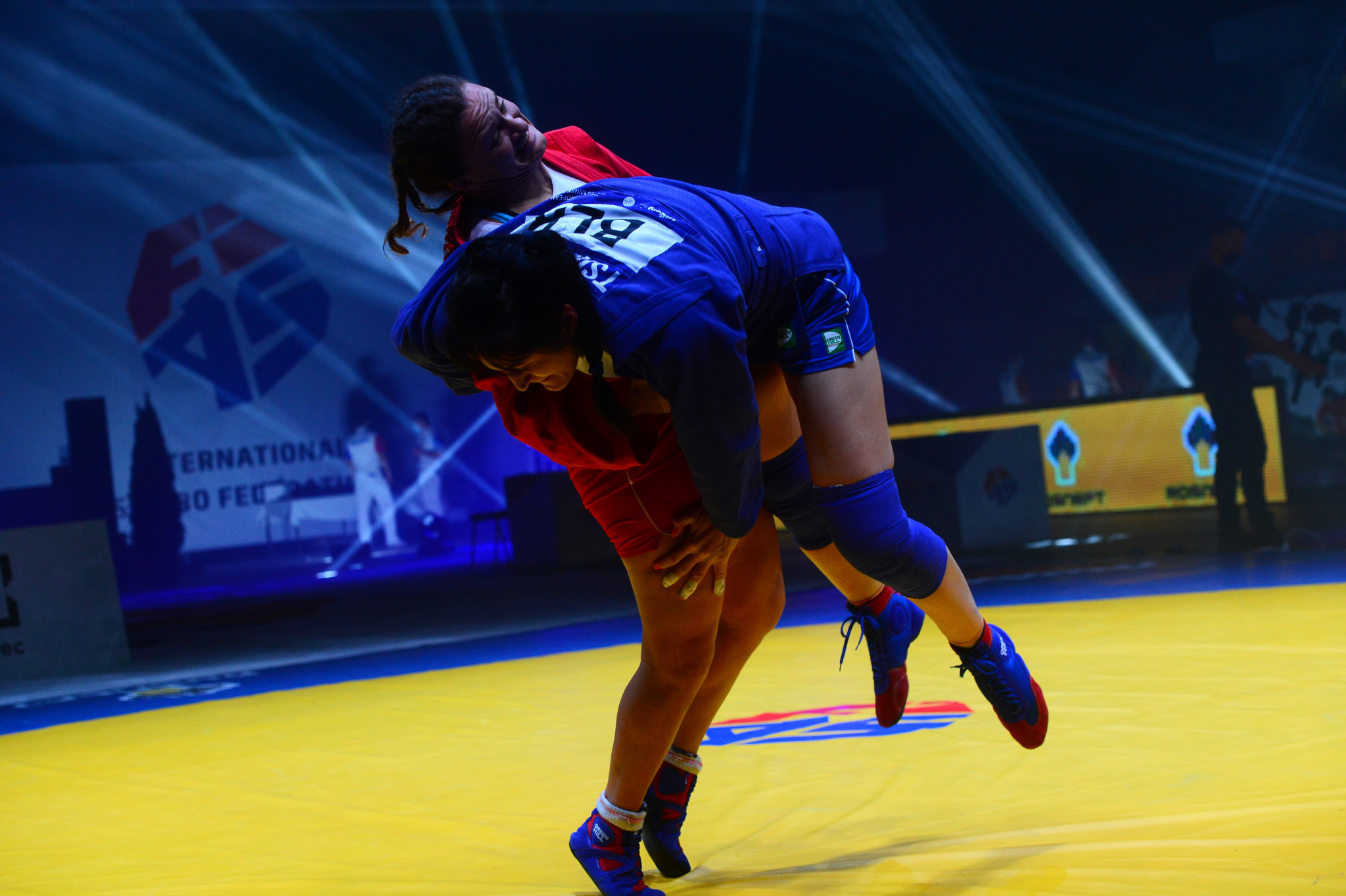 Bulgaria's Mariya Oriashkova, in red, defended her world title successfully in the women's 80kg ©FIAS