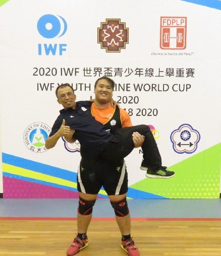 Zeng Yu Weng celebrating his fourth-place finish in the men's over-102kg contest with his coach ©Chinese Taipei Weightlifting