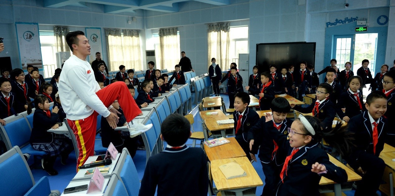 Yin Jing interacted with school children in their classrooms ©Chengdu 2021