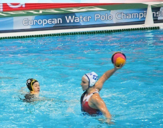 Hosts Serbia beat Croatia to record a first win in the women's tournament