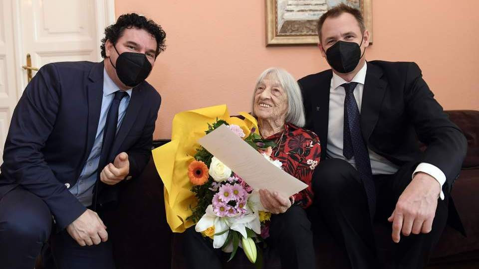 Agnes Keleti was joined by delegates of the Hungarian Olympic Committee for her 100th birthday ©MOB