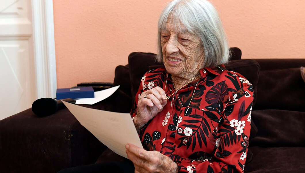 Ágnes Keleti celebrated her 100th birthday with a letter from International Olympic Committee President Thomas Bach and a necklace with the five rings of the Olympic Movement ©Hungarian Olympic Committee