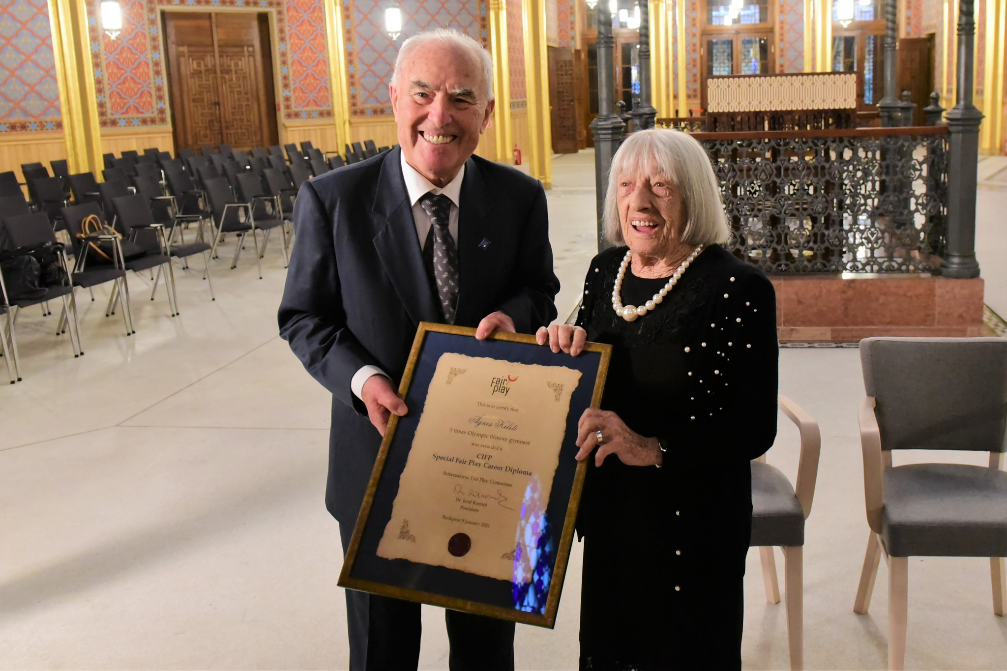 President of the International Fair Play Committee Jenő Kamuti, presented Keleti with the Fair Play Career Award to mark her 100th birthday ©CIFP