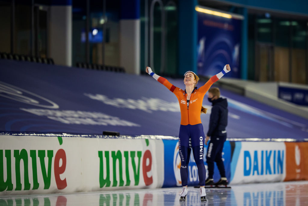 Antoinette de Jong of the Netherlands celebrates winning the overall women's allround title in Heerenveen ©ISU