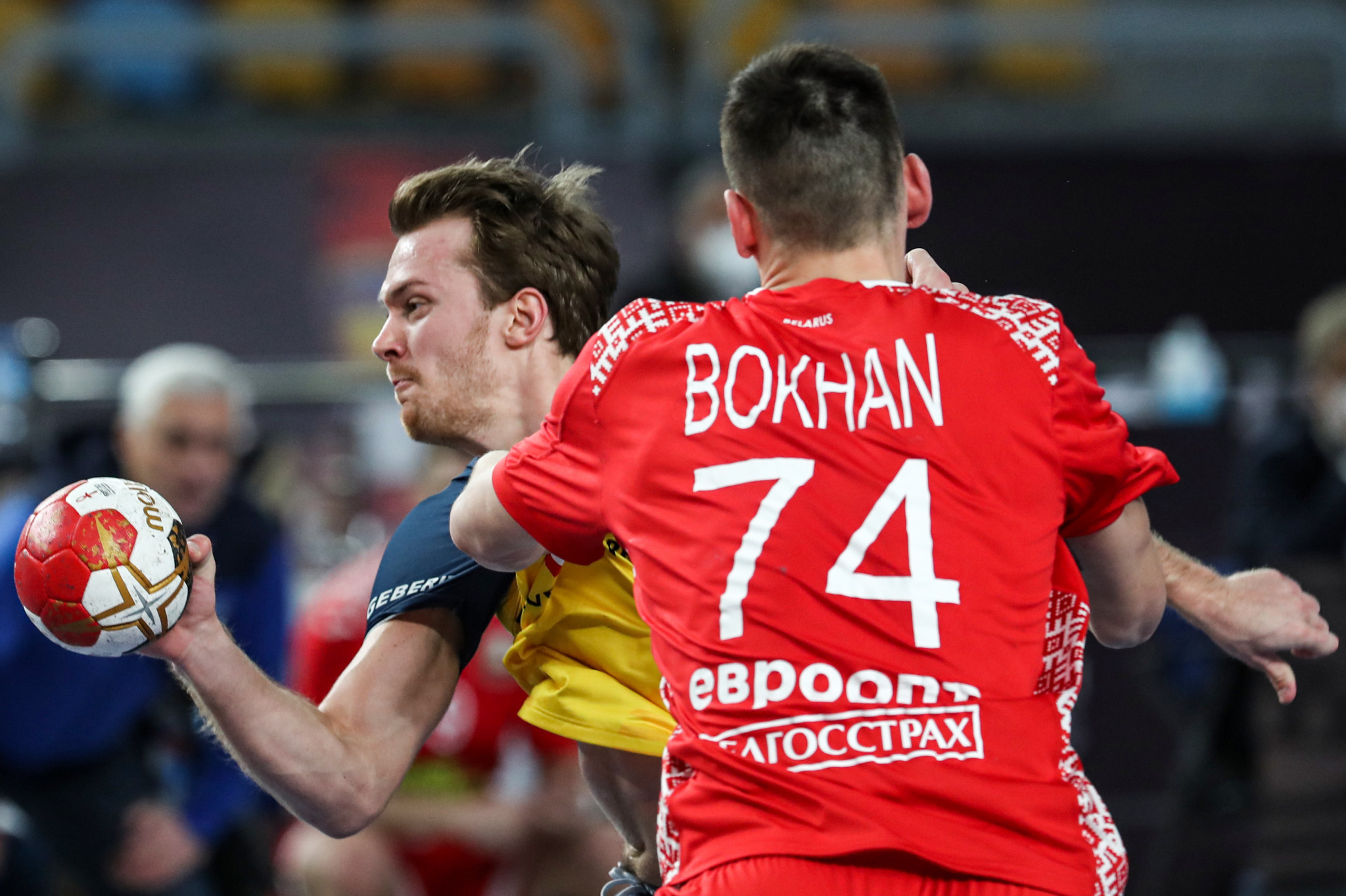 Belarus (playing in red) snatched a draw against Sweden with four seconds to go on the first day of main round action at the World Men's Handball Championship ©Getty Images