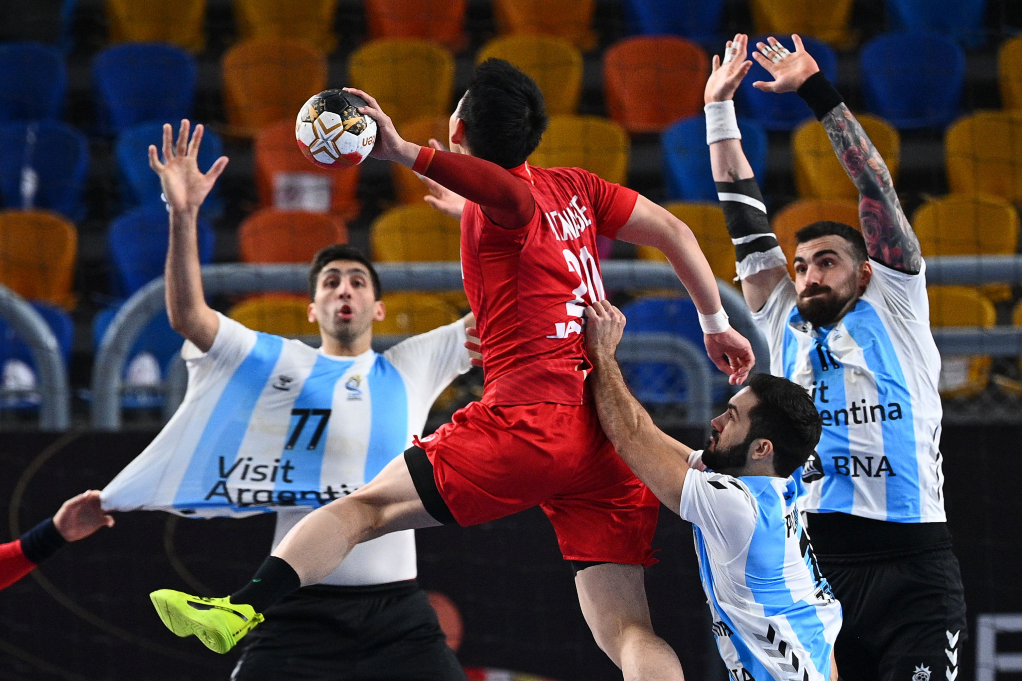 Argentina (blue and white shirts) defeated Japan by four goals in both sides opening match of the IHF World Men's Handball Championship main round ©Getty Images