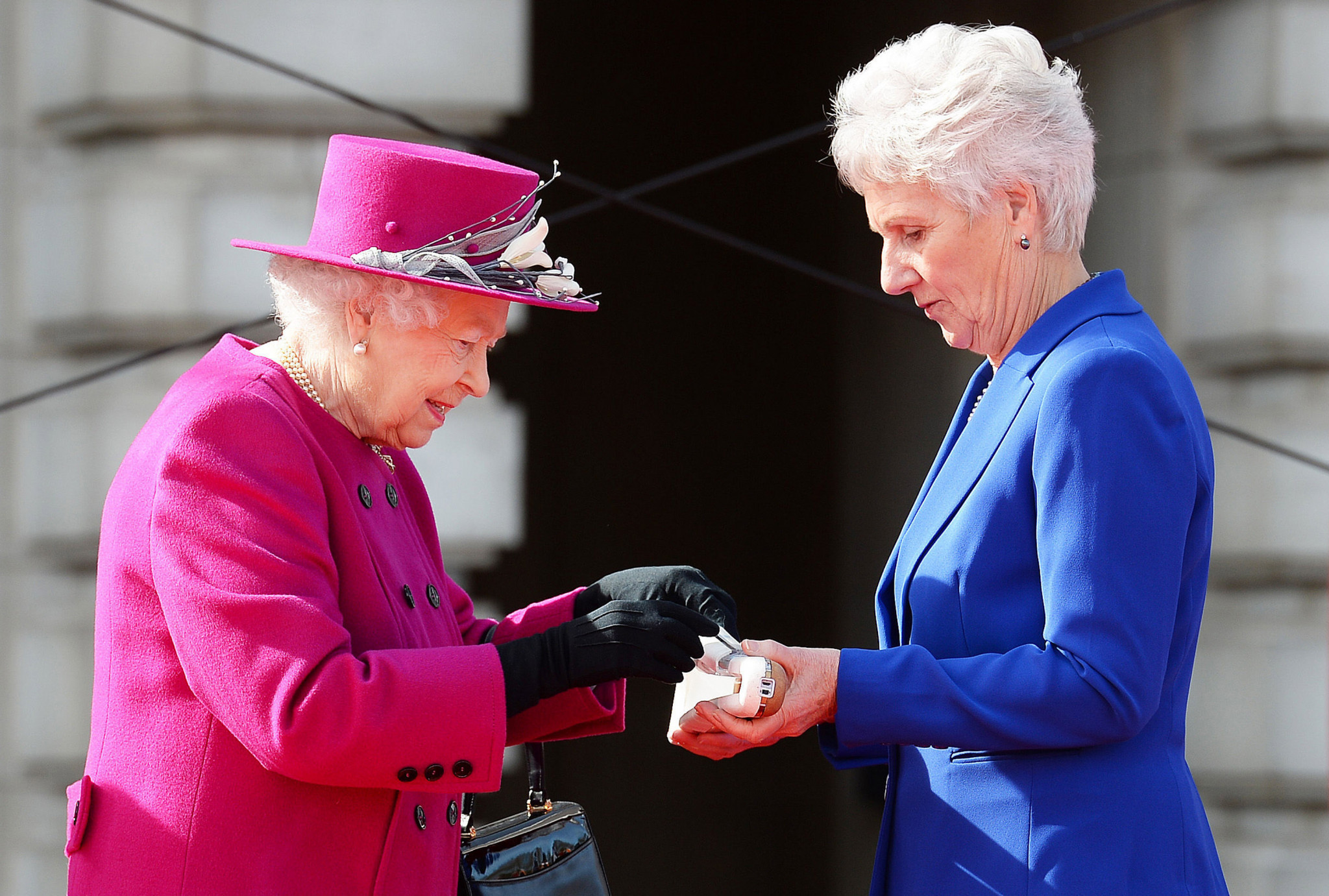 Commonwealth Games Federation President Dame Louise Martin, right, accepts a message for the Baton from Queen Elizabeth II ahead of Gold Coast 2018 ©Getty Images