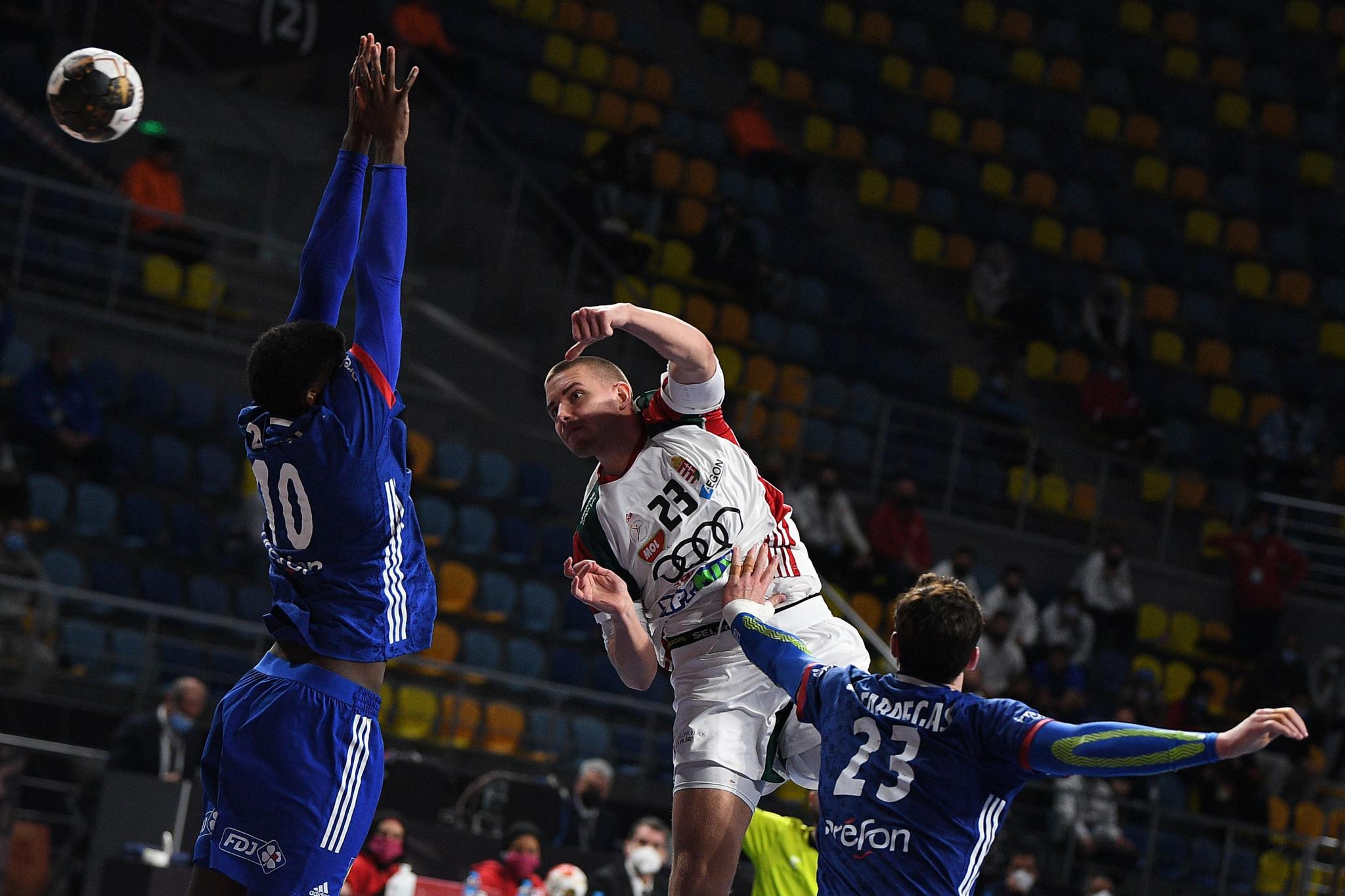 فازت فرنسا (التي تلعب باللون الأزرق) على المجر لتضمن مكانها في آخر أربع مباريات في بطولة العالم لكرة اليد للرجال في مصر © Getty Images