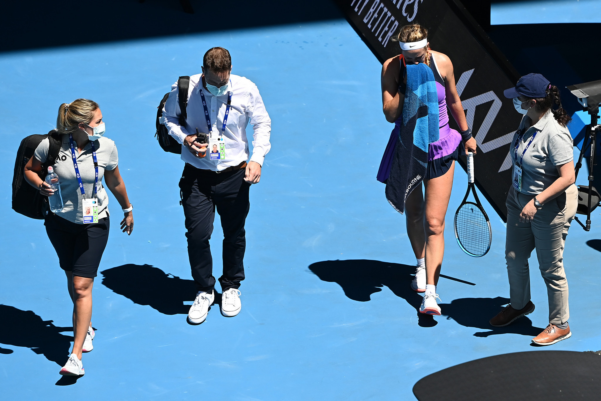 Victoria Azarenka leaves the court for treatment during her match against Jessica Pegula ©Getty Images
