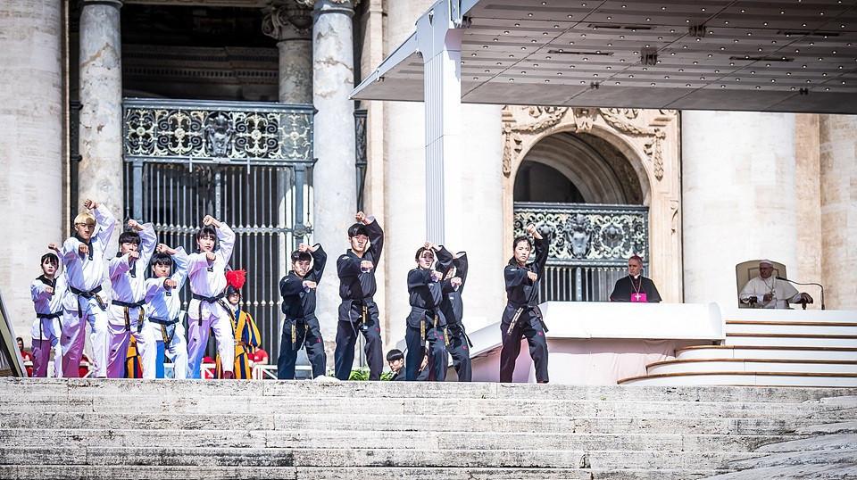Dimostrazione del gioco alla presenza del Papa in Vaticano nel World Taekwondo 2018 © Getty Images