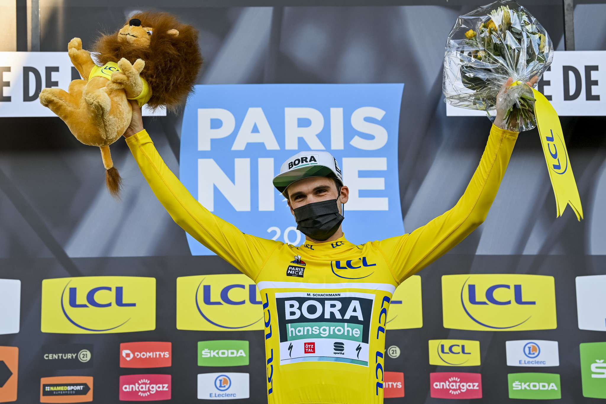 Schachmann wins Paris-Nice for second straight year as crashes end Roglič's hopes