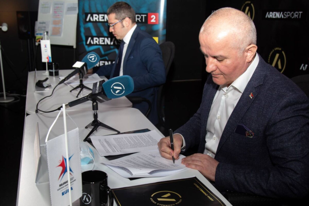 Nebojsa Zugic, director of the Arena Channels Group, left, and Predrag Juskovic, director of the European Universities Games, right, signing the agreement ©EUSA