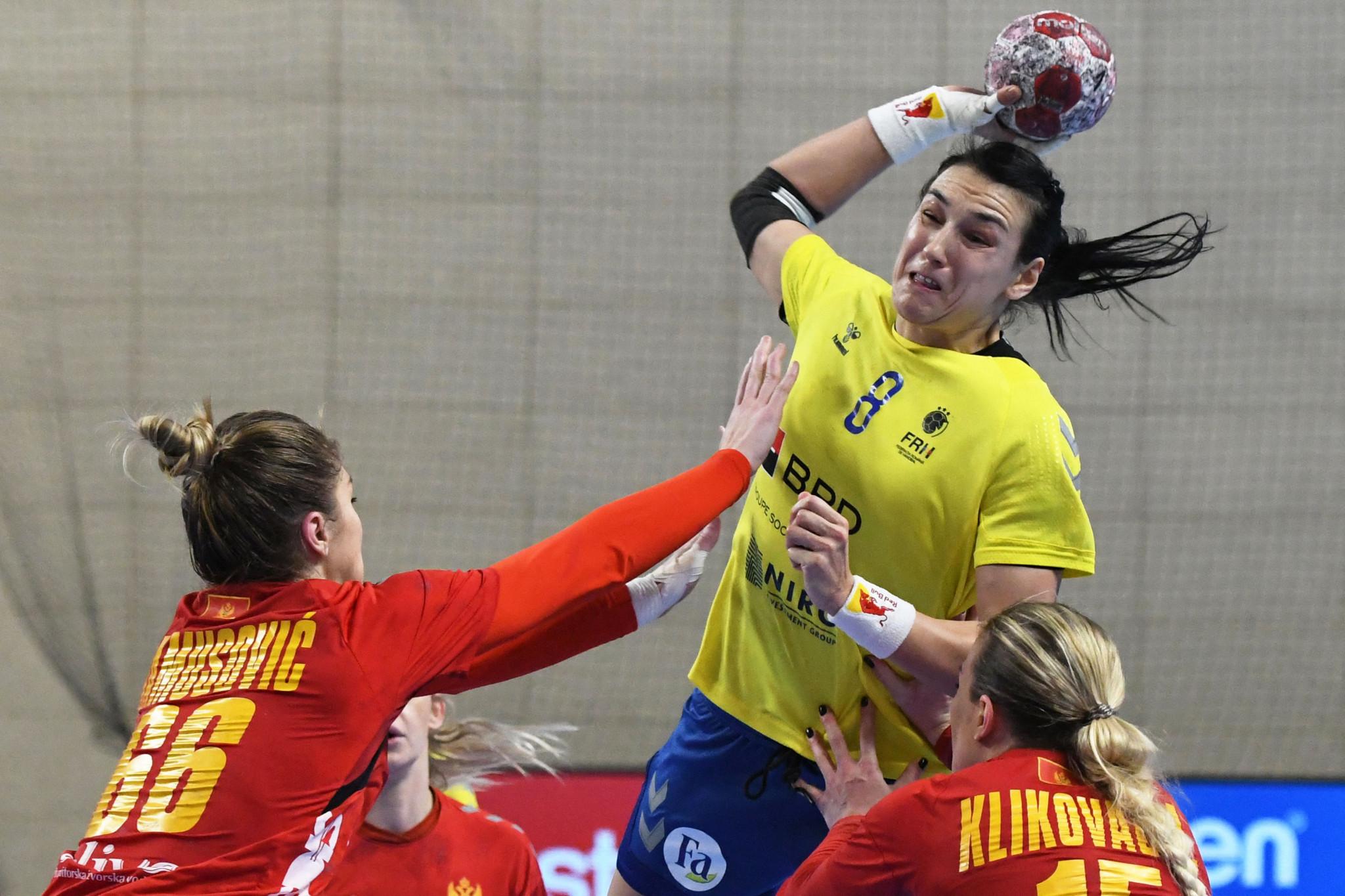 Rumanía (camisetas amarillas) se quedó para reflejar lo que habría sido porque se perdieron las eliminatorias para el campeonato de balonmano femenino de Tokio 2020 a pesar de su victoria sobre Montenegro © Getty Images