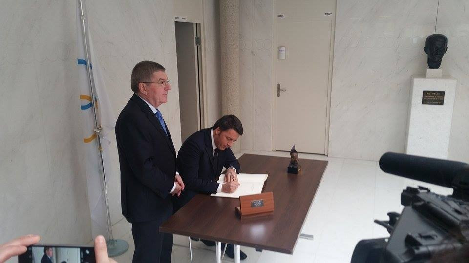 Matteo Renzi signing a letter at the IOC headquarters following his meeting with Thomas Bach ©ITG