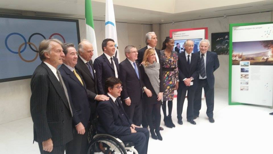 IOC President Thomas Bach and Italian Prime Minister Matteo Renzi pose alongside Rome 2024 and other Italian officials ©ITG