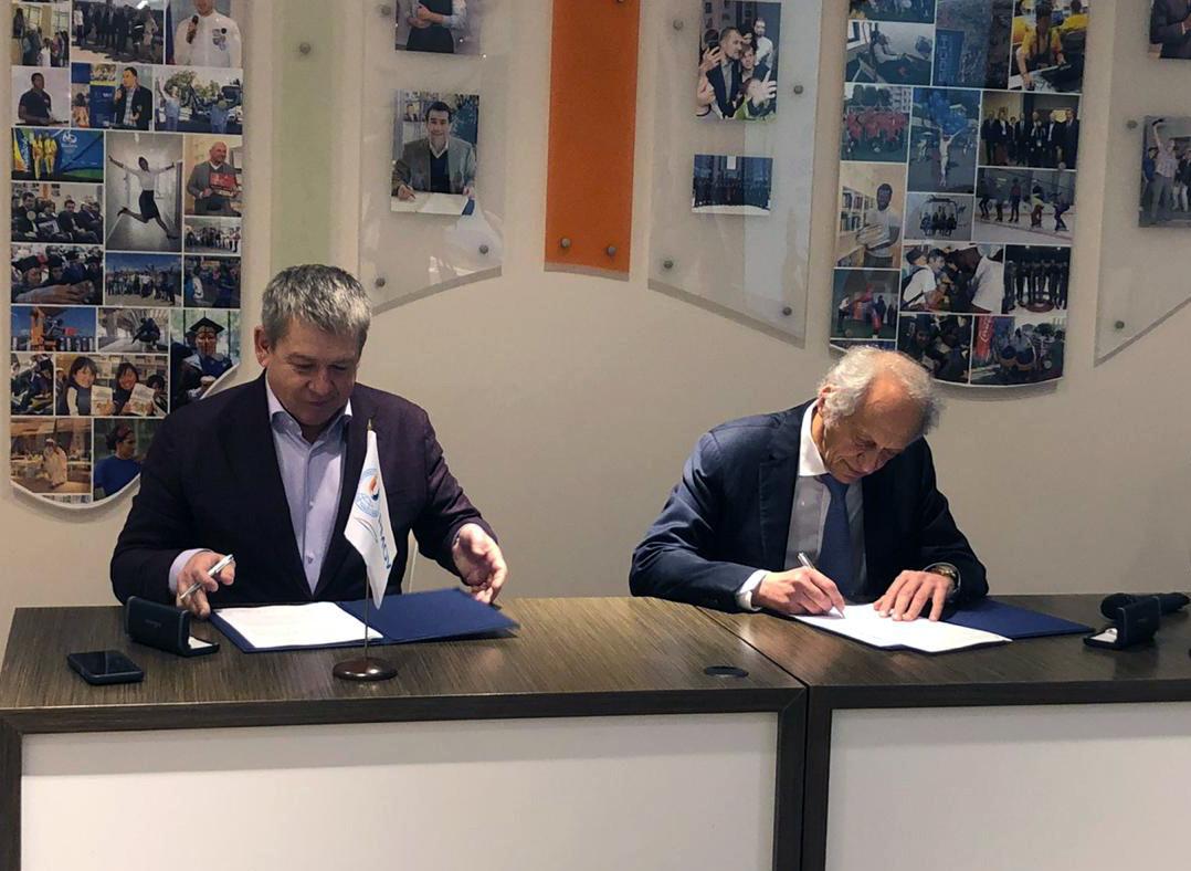 Yekaterinburg 2023's Alexander Chernov, left, and RIOU rector Lev Belousov signed the cooperation agreement ©Yekaterinburg 2023