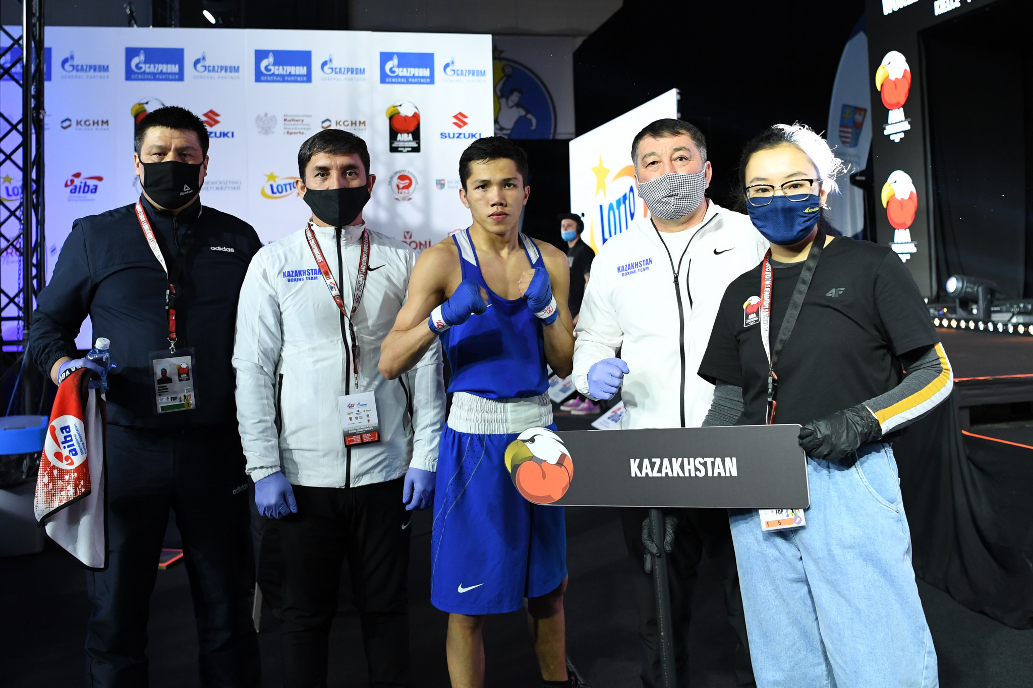 A boxer from Kazakhstan poses for a photo with his team ©AIBA
