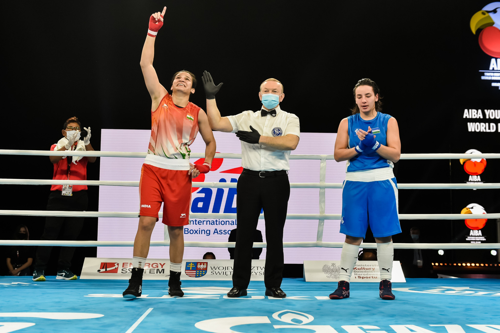 Arundhati Choudhary, in red, outclassed Uzbekistan's Khadichabonu Abdullaeva, winning 30-27 in the eyes of all five judges ©AIBA