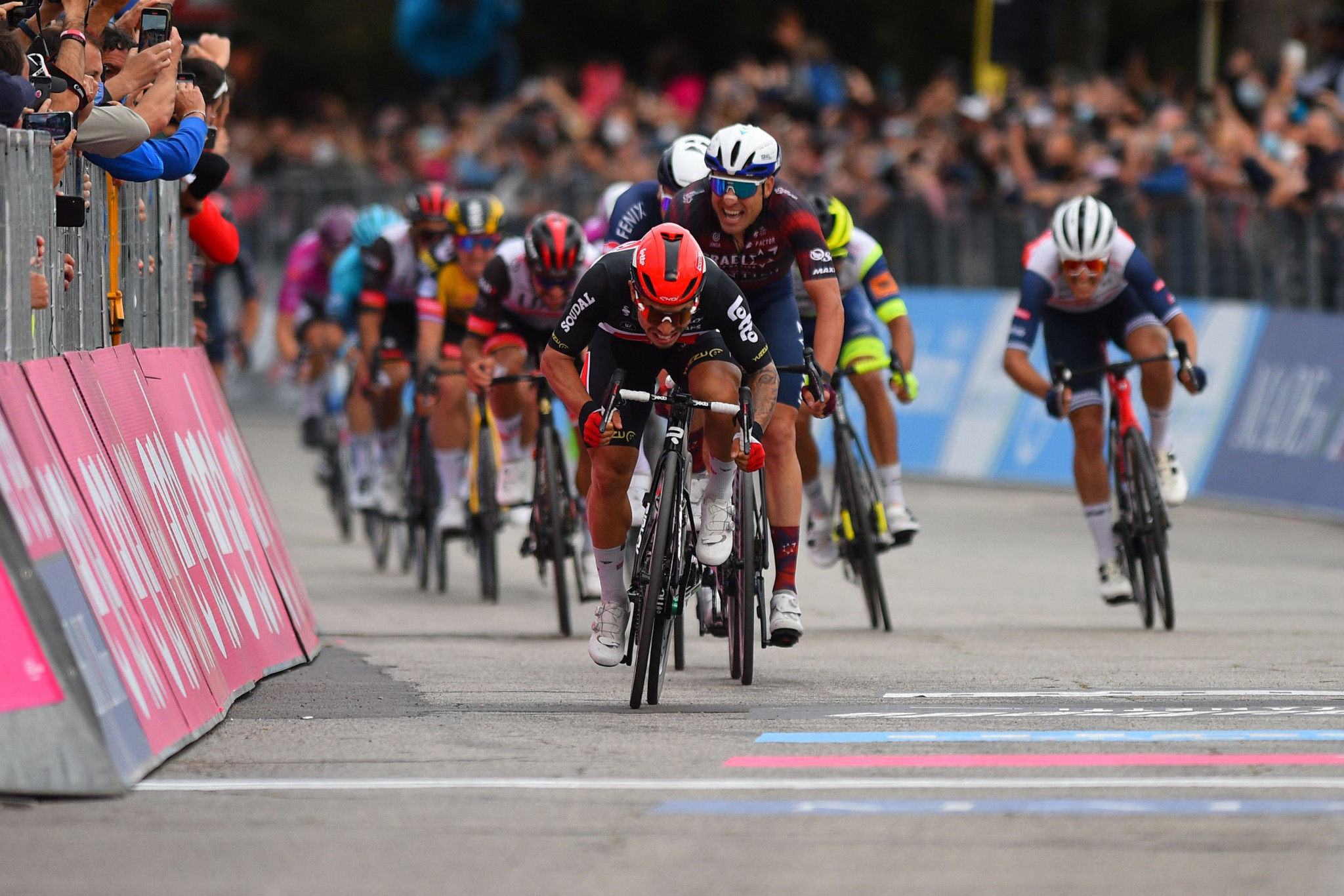 Ewan earns second stage win at Giro d'Italia with dominant finish in Termoli